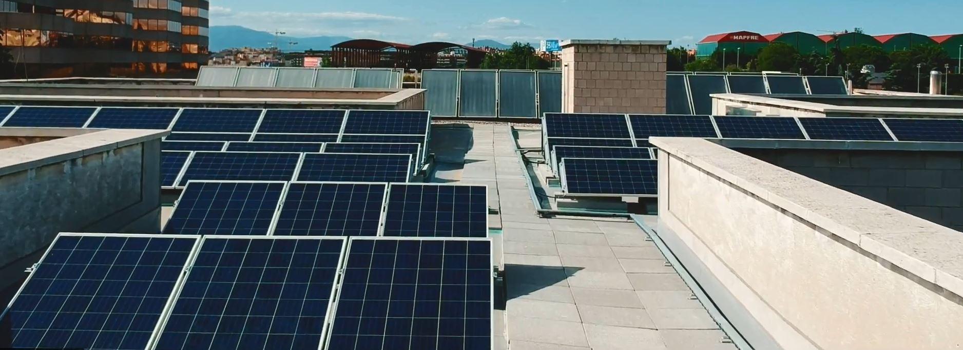 Ahorro de energía con paneles solares para colegios